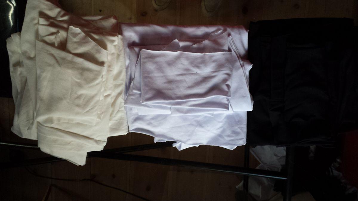 Zugeschnittene Kleiderteile in drei Farben