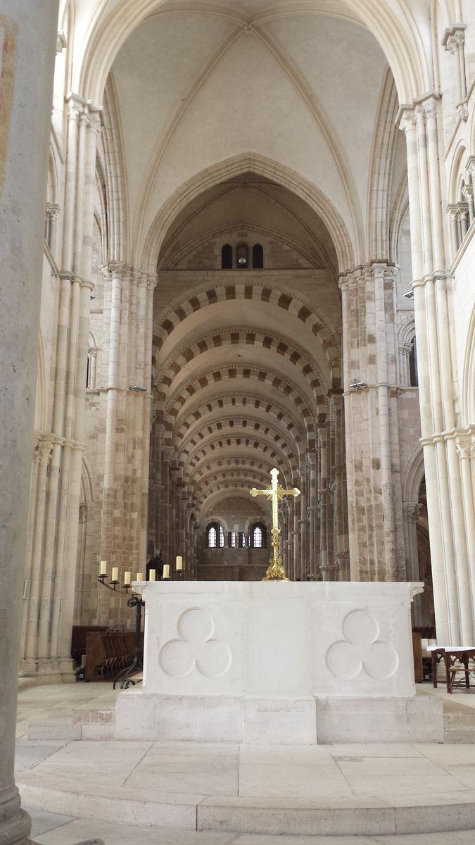 Blick vom Altar durch das Hauptschiff der Basilique Sainte-Marie-Madeleine de Vézelay