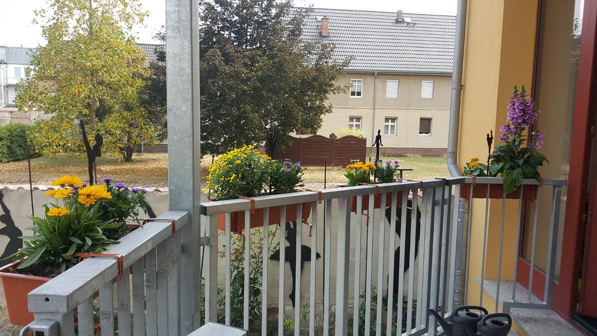 Balkon mit neuen Blumenkästen und Zierfiguren