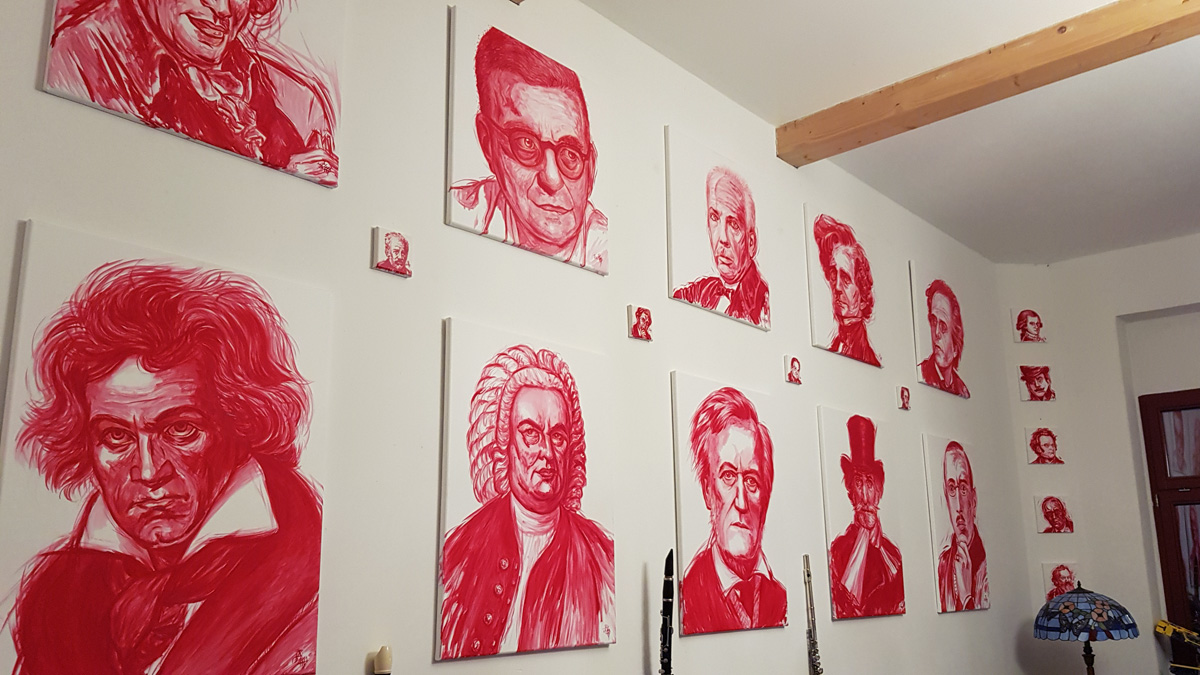 Komponistenbilder an der Wohnzimmerwand
