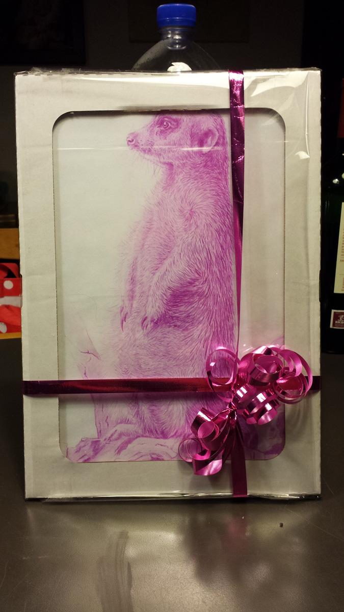 Erdmännchen-Zeichnung als Geschenk verpackt