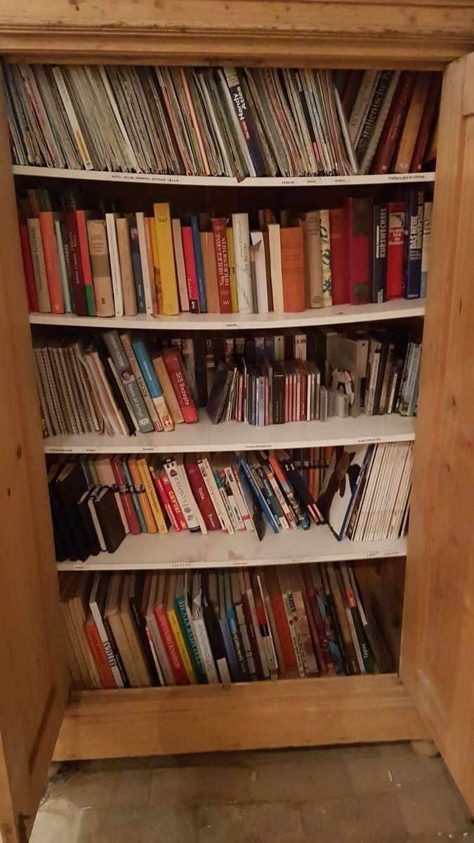Dieser Schrank ist voll mit Büchern