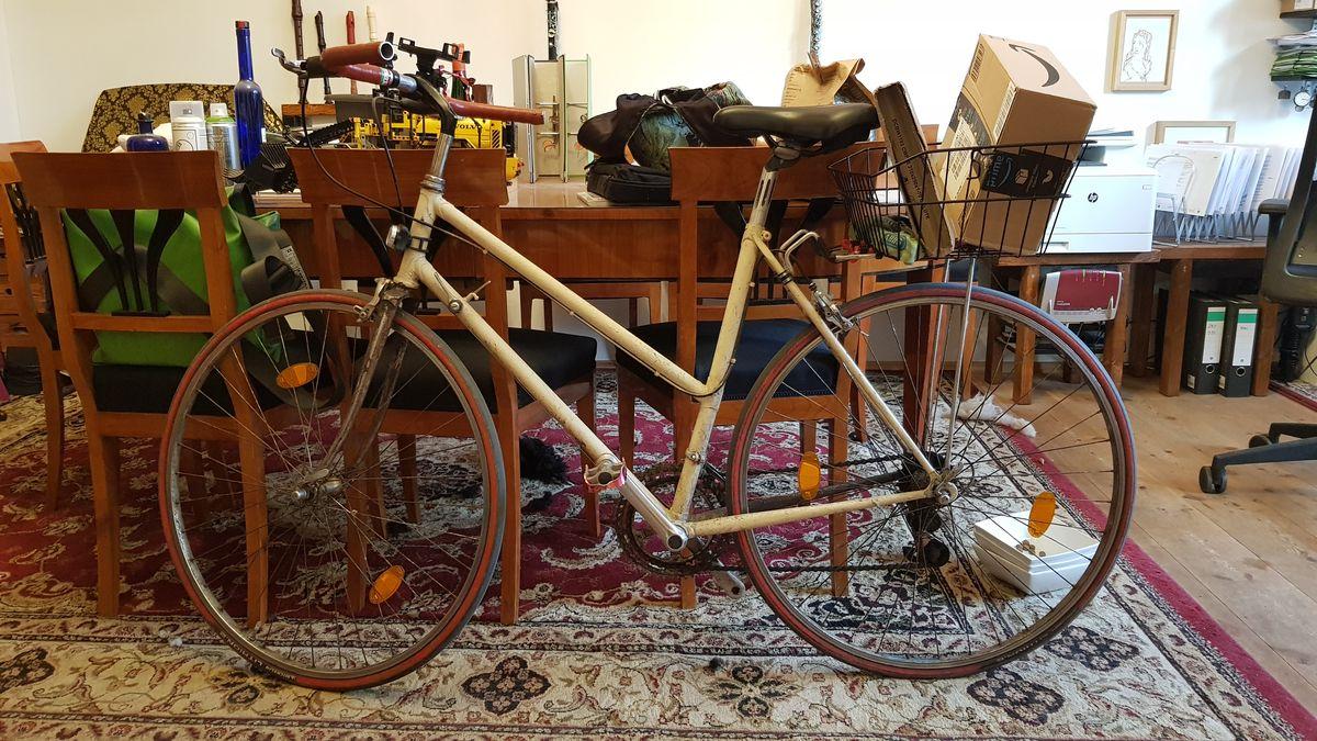 Cremefarbenes Damenrennrad mit roten Reifen