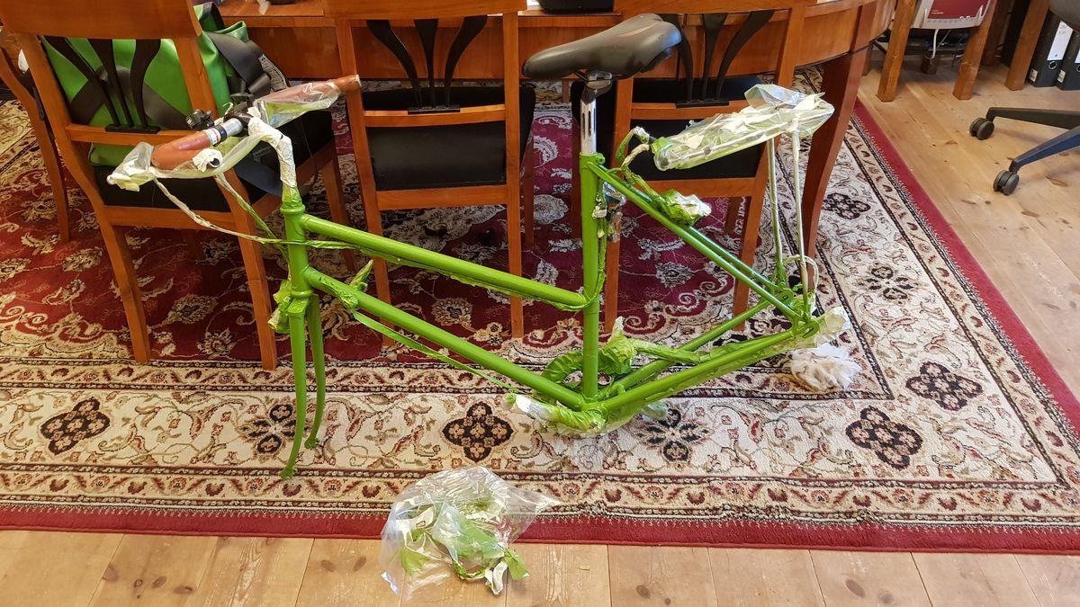 Grünes Damenrennrad ohne Räder