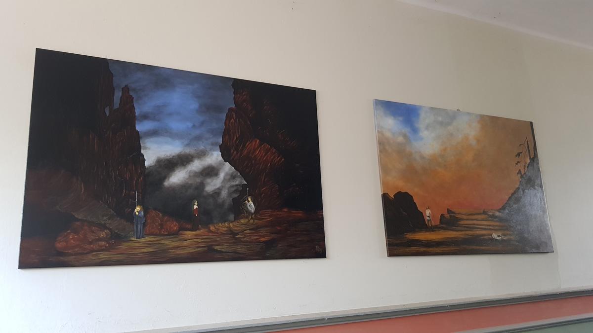 Zwei Bilder mit Wagner-Szenen in der Hausdurchfahrt